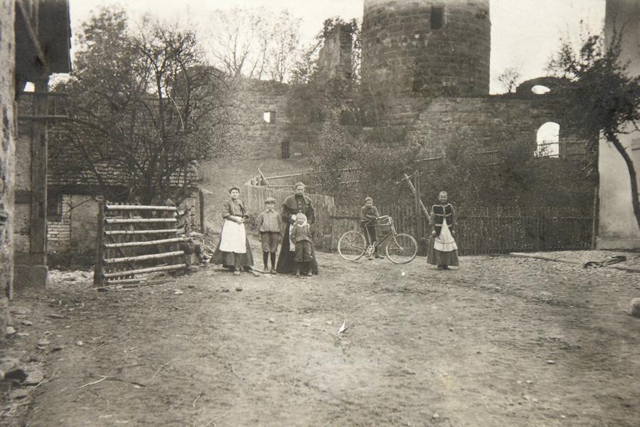 Burg Staufeneck vor 1900, die abgebildeten Personen sind unbekannt.