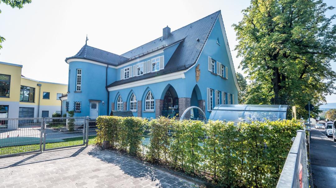 Blick auf das blaue Kindergartengebäude Hattie Bareiss