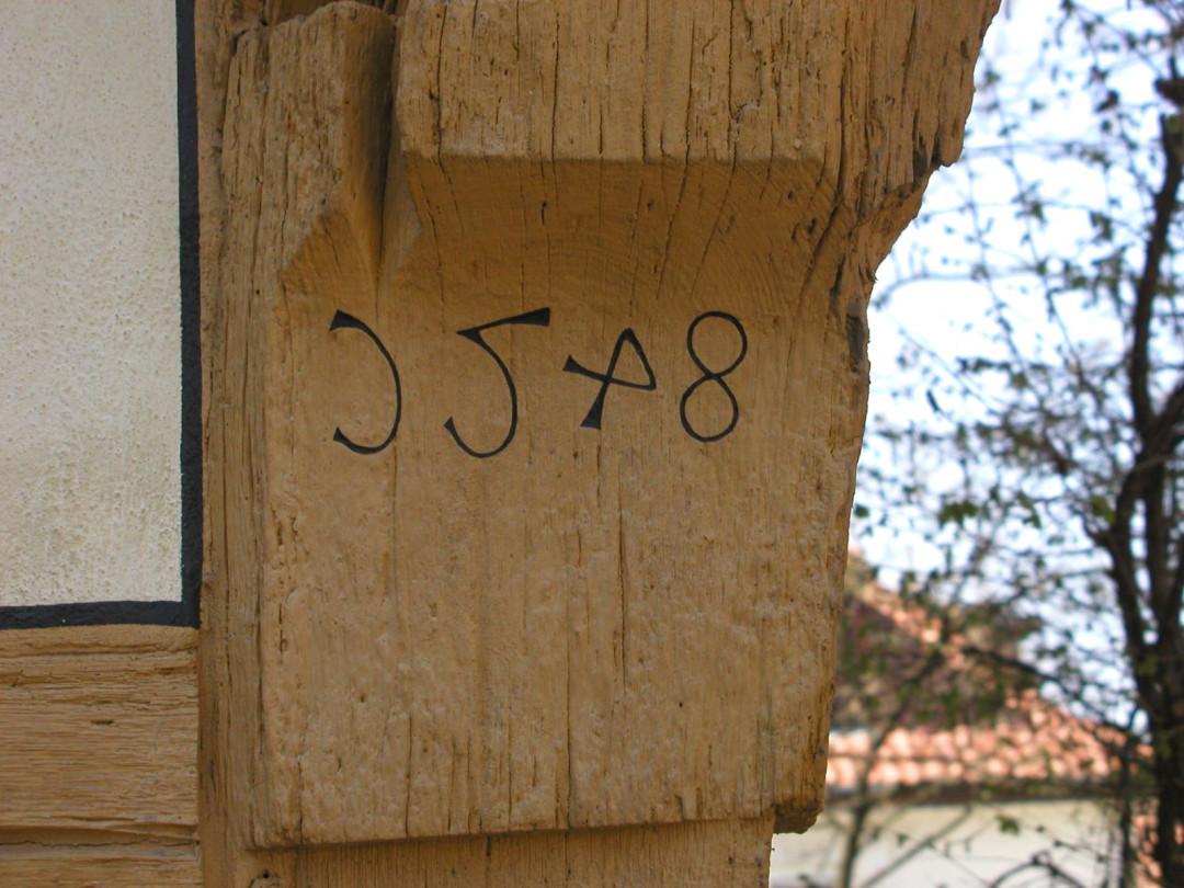 Knagge mit Jahreszahl 1548 am Gebäude Untere Kirchstraße 3