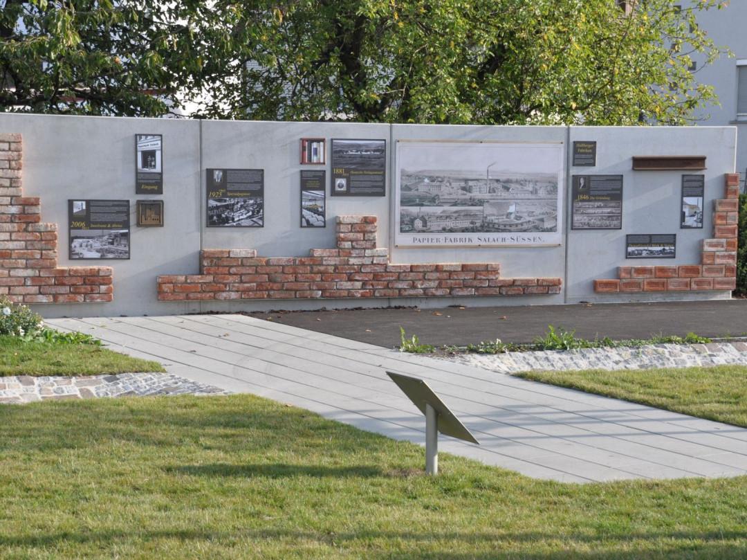 Bildwand mit historischen Baumaterialien im Oskar-Moritz-Park