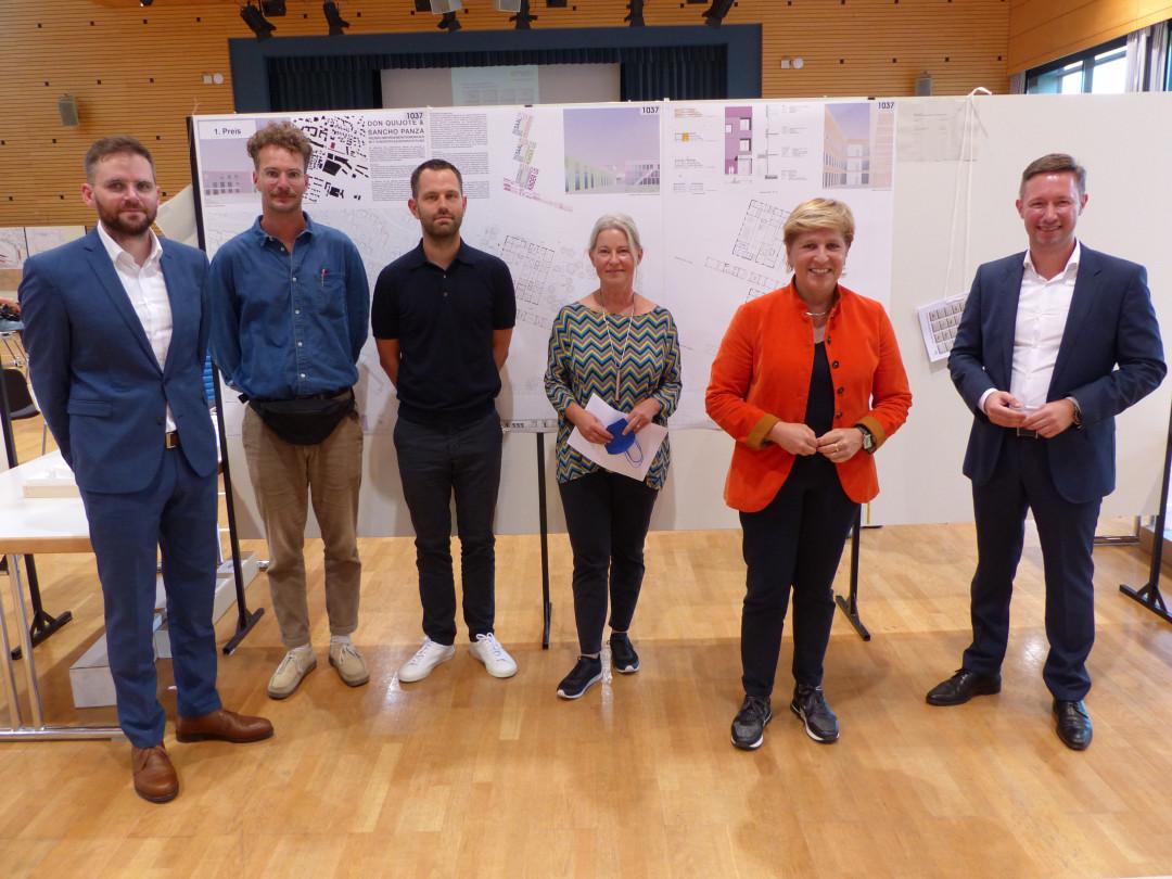 Das siegreiche Entwurfsteam mit Bürgermeister Julian Stipp, Juryleiterin Ina Laux und Ministerin Nicole Razavi